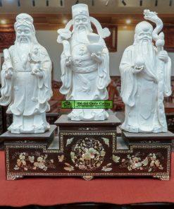 Tam sơn gỗ gụ đặt trên bàn thờ