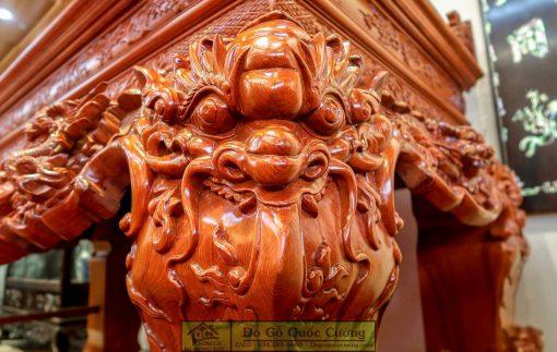 Hình ảnh chi tiết những nét đục siêu kênh bong trên toàn bộ chiếc bàn thờ