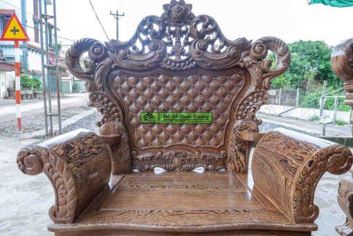 Tựa ghế được thiết kế hoa lá tây rất tinh tế. Cùng với những chi tiết giả đệm mút